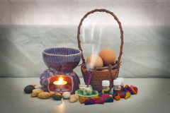 Todavía aroma de la vida fijado y huevo en cesta de la rota Imagen de archivo