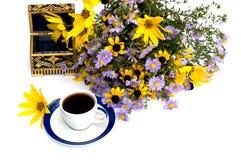 Todavía ataúd, café y ramo hermosos de la vida de flores Fotografía de archivo