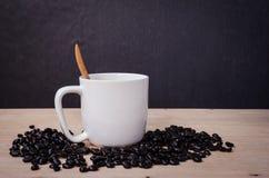 Todavía café fresco de la vida en una taza de café en de madera Foto de archivo libre de regalías