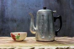 Todavía caldera clásica de la vida con la taza Foto de archivo