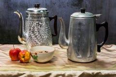 Todavía caldera clásica de la vida con la taza y lámpara y manzana Fotos de archivo libres de regalías