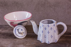 Todavía caldera de cerámica clásica de la vida con la taza Fotografía de archivo