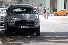 Todavía coches viejos de Cuba operativos y usados como taxis foto de archivo libre de regalías