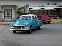 Todavía coches viejos de Cuba operativos y usados como taxis fotografía de archivo libre de regalías