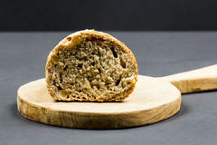 Todavía composición de la vida con la tabla de cortar y el pan de madera de la cocina Imagenes de archivo