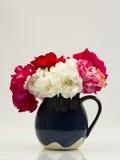 Todavía composición de la vida con las rosas coloridas, hermosas, delicadas en un florero de cerámica Fotos de archivo libres de regalías