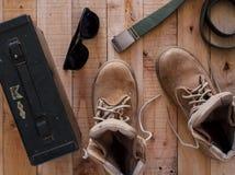 Todavía concepto con las botas, correa, gafas de sol de la fotografía del arte de la vida Imagenes de archivo
