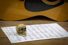 Todavía concepto de la fotografía del arte de la vida con el cráneo y la guitarra Fotos de archivo libres de regalías