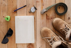 Todavía concepto de la fotografía del arte de la vida con el reloj viejo del cuaderno de las botas Fotos de archivo libres de regalías
