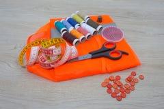Todavía costura de vida: paño colorido El equipo de costura incluye los hilos de diversos colores, del dedal y de otros accesorio Imagen de archivo
