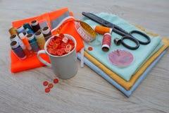 Todavía costura de vida: paño colorido las tijeras y el equipo de costura incluye los hilos de diversos colores, del dedal y del  Imagenes de archivo