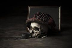 Todavía cráneo de la vida con el sombrero clásico Imágenes de archivo libres de regalías