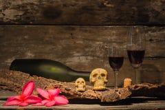 Todavía cráneo de la vida con la botella de vino Imagen de archivo libre de regalías