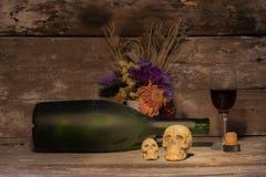 Todavía cráneo de la vida con la botella de vino Fotos de archivo libres de regalías