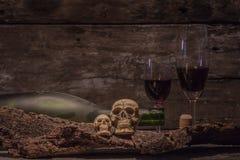 Todavía cráneo de la vida con la botella de vino Imagen de archivo