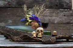Todavía cráneo de la vida con la botella de vino Fotografía de archivo