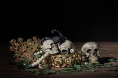 Todavía cráneo y escorpión de la vida con la joyería del oro del tesoro, pirata Imagenes de archivo
