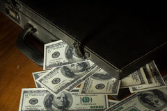 Todavía cuenta de dólares de la vida con la maleta Fotos de archivo