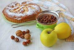 Todavía de Autum vida con la torta y las manzanas, avellano, nuez Fotografía de archivo