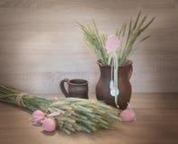 Todavía de Easters vida de los huevos y del clayware pintados Fotografía de archivo libre de regalías