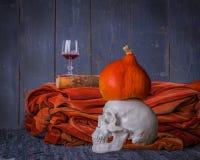 Todavía de Halloween vida con el cráneo, el libro, la calabaza y el vino rojo Fotos de archivo libres de regalías