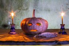 Todavía de Halloween vida con las calabazas, las velas y el rosario Imágenes de archivo libres de regalías