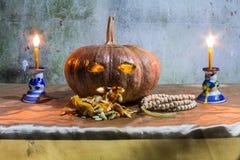 Todavía de Halloween vida con las calabazas, las velas y el rosario Imagen de archivo libre de regalías