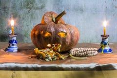 Todavía de Halloween vida con las calabazas, las velas y el rosario Fotografía de archivo libre de regalías