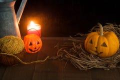 Todavía de Halloween vida con las calabazas y la vela en piso de madera y fondo oscuro Fotos de archivo