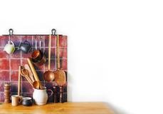 Todavía de la cocina interior retro de la vida Utensilios de cobre amarillo, accesorios del cocinero Sistema de cobre del artícul Fotografía de archivo