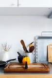 Todavía de la cocina naranja rústica de las mercancías de la tabla de los platos de la vida Imagen de archivo