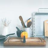 Todavía de la cocina naranja rústica de las mercancías de la tabla de los platos de la vida Fotografía de archivo