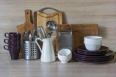 Todavía de la cocina vida como fondo para el diseño La loza, el vajilla y otra diversa materia en tablero de madera fotos de archivo libres de regalías