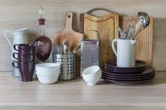 Todavía de la cocina vida como fondo para el diseño La loza, el vajilla y otra diversa materia en tablero de madera fotos de archivo