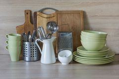 Todavía de la cocina vida como fondo para el diseño La loza, el vajilla y otra diversa materia en tablero de madera foto de archivo libre de regalías