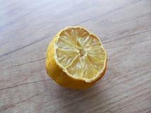 Todavía de la cocina vida con el limón medio en la tabla de madera Imagen de archivo libre de regalías