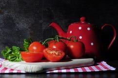 Todavía de la cocina vida con los tomates y el pote del té Fotografía de archivo libre de regalías