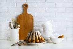 Todavía de la cocina vida con la torta de la fruta Imagenes de archivo