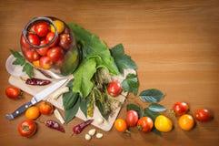Todavía de la cocina vida de los objetos que cocinan los tomates conservados en vinagre Fotos de archivo