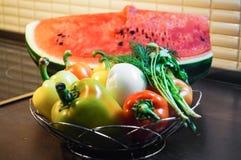 Todavía de la cocina vida Pimientas dulces crudas frescas con la cebolla y verdor y sandía fotos de archivo