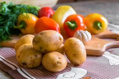 Todavía de la cocina vida Verduras crudas frescas en la tabla Imágenes de archivo libres de regalías