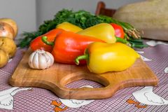 Todavía de la cocina vida Verduras crudas frescas en la tabla Fotografía de archivo