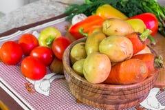 Todavía de la cocina vida Verduras crudas frescas en la tabla Imagen de archivo