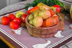 Todavía de la cocina vida Verduras crudas frescas en la tabla Fotos de archivo libres de regalías