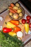 Todavía de la cocina vida Verduras crudas frescas en la tabla Foto de archivo