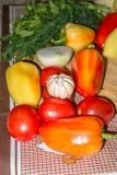 Todavía de la cocina vida Verduras crudas frescas en la tabla Imagenes de archivo