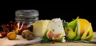 Todavía de la comida vida con la baya, los higos, la nuez, el queso y la especia Imágenes de archivo libres de regalías