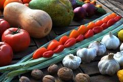 Todavía de la diagonal vida de verduras en una tabla Foto de archivo libre de regalías