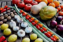 Todavía de la diagonal vida de verduras y del garlicson una tabla Imagen de archivo