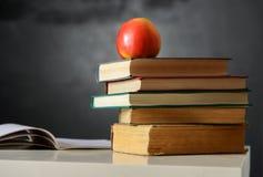 Todavía de la escuela vida con los libros y la pizarra Imagen de archivo